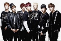 防弾少年団(BTS)(左からV、SUGA、JIN、JUNG KOOK、RAP MONSTER、JIMIN、J-HOPE)