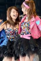 『大島優子卒業コンサート』<br>左から大島優子、小嶋陽菜