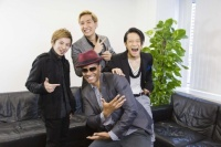 w-inds.(左から千葉涼平、千葉涼平、緒方龍一)とエリック・ベネイ