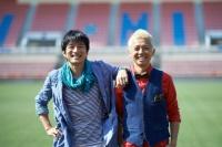 ウカスカジーの「勝利の笑みを 君と」MVオフショット<br>左から桜井和寿、GAKU-MC