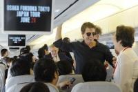 大阪から福岡への移動中の機内。同行するマスコミに気さくに声をかける。<br> トム・クルーズ『オール・ユー・ニード・イズ・キル』来日PRツアー密着フォト&独占動画インタビュー☆