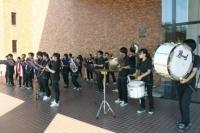 なにやら音楽が聞こえるなぁと思ったら、吹奏楽部のブラスバンドが! 楽しげなミュージックに思わずノリノリ☆