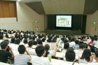 説明会には高校生がいっぱい! この中から同級生になる人がいるかもと思うと、なんだか早くも友だち感覚になっちゃいました。