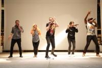 ペンタトニックス(左からアヴィ・カプラン、カースティ・マルドナード、スコット・ホーイング、ミッチ・グラッシ、ケヴィン・オルソラ)<br>神奈川・ラゾーナ川崎でのイベントの様子