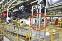 """好調の理由とは?マツダ本社工場潜入! マツダが""""全従業員""""で取り組んでいる「からくり改善」 おもりの力で歩行数を減らす改善を行った『からくり同期台車』"""