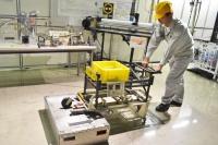 """好調の理由とは?マツダ本社工場潜入! マツダが""""全従業員""""で取り組んでいる「からくり改善」 2007年に生まれた「バッタ君1号」は、台車の前後輪が折りたためることで、段差を乗り越えて直進することができる"""