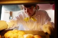 """世界一のパン職人になる夢を持つ、普通の女の子・キイラ。好きな人に近づくと""""恋するヴァンパイア""""に変身する/『恋する・ヴァンパイア』(4月17日公開)"""