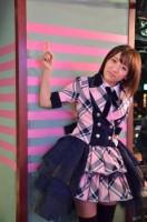 9周年を記念し、AKB48劇場に9つ目のテープを貼った高橋みなみ