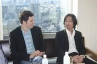 マーク・オズボーン監督(左)とキャラクター監修の四角英孝氏