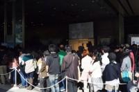 会場周辺までファンの列が伸びた