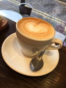 フォームミルクのきめ細かさはカフェ・ラテの大切なポイント。スプーンですくって頂くのもGOOD。