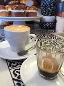 ビターな香りと味が魅力。できたてを堪能したいエスプレッソは気分をキリッとさせてくれる。しっかりあったまりたい時にはカフェ・ラテを。