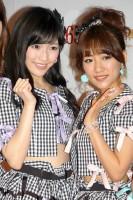 AKB48(左から)渡辺麻友、高橋みなみ