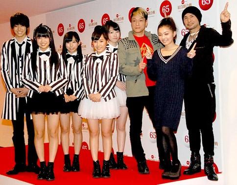 (左から)Dream5の高野洸(たかのあきら)、大原優乃(おおはらゆうの)、玉川桃奈(たまかわももな)、重本ことり(しげもとことり)、日比美思(ひびみこと)、キング・クリームソーダのゲラッパー、マイコ、ZZROCK(ジージーロック)