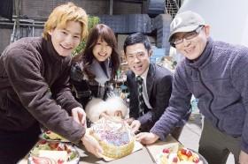 撮影現場で22歳の誕生日(2月13日)を迎えた有村架純に伊藤淳史、野村周平らがサプライズのお祝い!