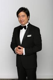 番組案内役のジョン・カビラ