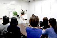 """オリコン社員に最新の動くLINEスタンプを使用した""""愛の告白法""""を指導するパン田一郎くん"""