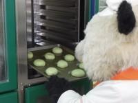 「笹パウダー入りオールドファッションドーナツ(2個入り)」を作るパン田一郎くん