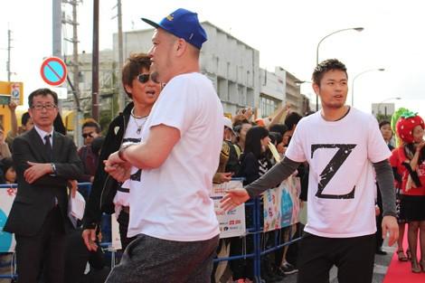 沖縄市のコザで開催されたレッドカーペット。俳優、芸人らゲストが集結!