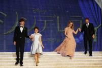 手を取り合って階段を降りてステージへ