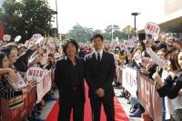 撮影地、北九州でのイベントに出席した西島秀俊と羽住英一郎監督