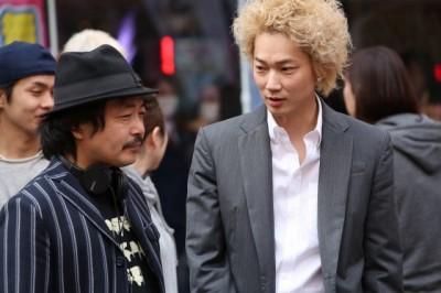 園子温監督と綾野剛のメイキングカット