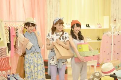 お買い物シーンでお客になりきる(左から)芹澤優、茜屋日海夏、久保田未夢