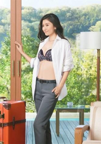 篠原涼子が出演する、トリンプ『天使のブラ 極上の谷間』の新CMイメージカット