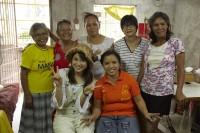 ドキュメンタリー番組『エシカルの贈りもの〜ハピネスをつくるデザイン〜』で訪れたフィリピン・パヤタス地区のICAN作業所にて