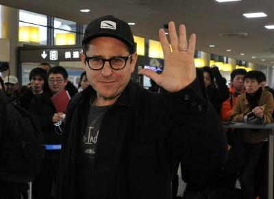 成田空港で熱烈なファンに囲まれたJ.J.エイブラムス監督