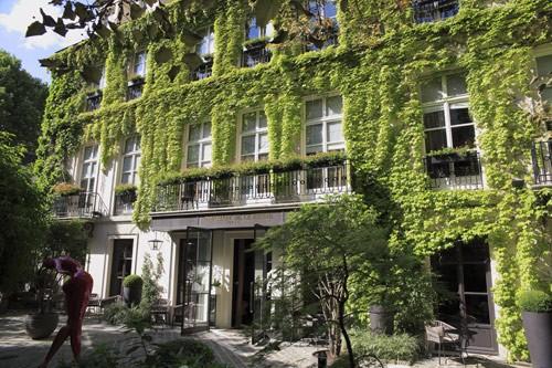 """パリの高級ホテル""""ル・パヴィヨン・ドゥ・ラ・レーヌ"""""""