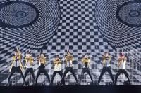 EXO(左から)ベクヒョン、セフン、チェン、ディオ、カイ、スホ、ベクヒョン、シウミン