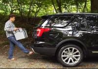『未来愛車navi.』Vol.1フォード『エクスプローラー』:リアバンパーの下に足をかざすだけで、 自動開閉するハンズフリーパワーリフトゲートを搭載。