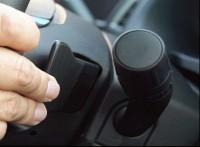 『未来愛車navi.』Vol.1フォード『エクスプローラー』:手元でシフト操作が可能なパドルシフトを搭載。シーンを選ばず力強くスポーティなドライブを楽しめる。
