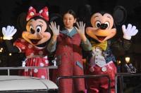 ミッキー、ミニ—とともにグリーティングドライブに登場した武井咲