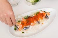 【グレープフルーツのしめ鯖チラシ寿司】(4)残りのグレープフルーツを一口大にほぐす。しめ鯖は薄く切り、ゆでたエビと(3)に彩りよく乗せ、イクラとブロッコリースプラウト、一口大のグレープフルーツを散らす。