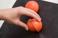 【グレープフルーツのバジトマサラダ】(2)トマトはくし切りで8等分にする。
