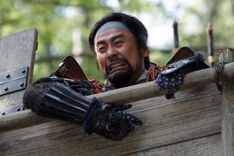 大河ドラマ『真田丸』第1回より。武田勝頼の後ろ姿を見送って泣き崩れる