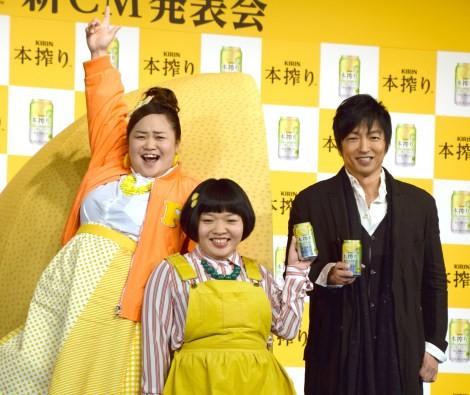 大沢たかお(右)にメロメロだったおかずクラブ =『キリン 本搾りチューハイ』の新CM発表会