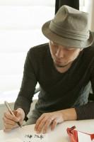 松井優征のGペンで試し書きをする書家・前田鎌利