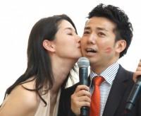 橋本マナミ(左)からキスをされるピース・綾部祐二=GILTスペシャルイベント『FASHIONNOVATION』