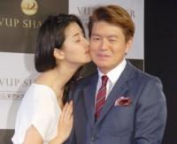 橋本マナミ(左)のキスに照れていたヒロミ=『Vアップシャイパー』商品発表会 (C)ORICON NewS inc.