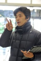 スタッフに撮影の指示を出す佐藤信介監督