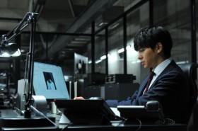 松山ケンイチ演じるLが8年ぶりに登場。写真は東出昌大演じる三島創、パソコンにはLの姿が…