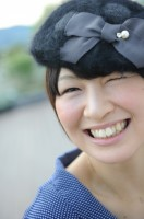 フォーマルなドレス姿を披露する木村選手(フォト&エッセイ『Saori』より/JVA承認2011-11-003)【収録カット】