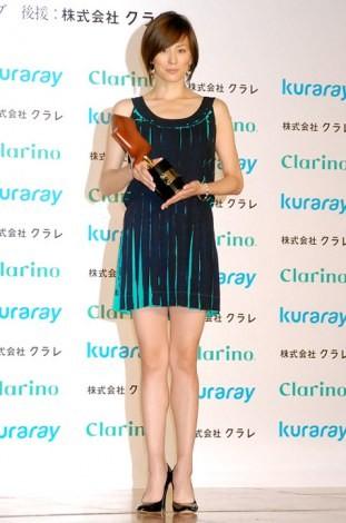 『第9回 クラリーノ美脚大賞2011』を受賞した米倉涼子 (C)ORICON DD inc.