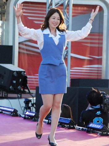 ショムニの制服でランウェイを歩き両手を上げる堀内敬子
