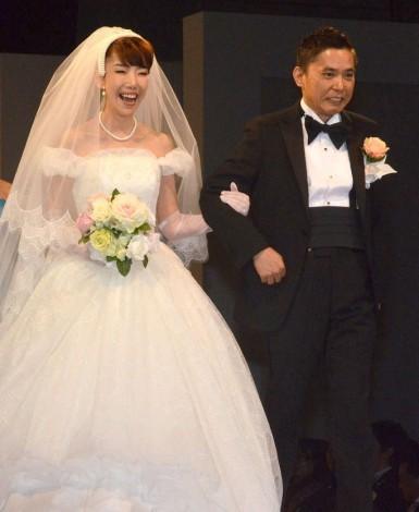 結婚25年で初挙式をおこなった(左から)太田光代、爆笑問題・太田光=『YUMI KATSURA 50th SHINING FOREVER』 (C)ORICON NewS inc.