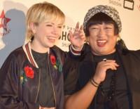 『FLAG SHOP』の10周年記念パーティーに出席した(左から)カーリー・レイ・ジェプセン、YOKO FUCHIGAMIことロバート・秋山竜次