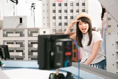 電車が走るシーンを撮る桜井日奈子